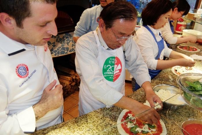 全員がピザ作り体験(写真手前は三上健二副会長)